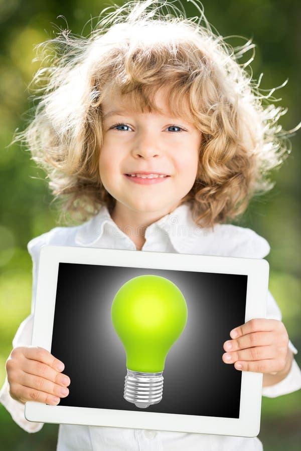 Criança que guardara o PC da tabuleta com ampola ilustração royalty free