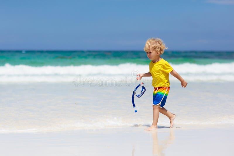 Criança que mergulha na praia tropical As crianças mergulham foto de stock