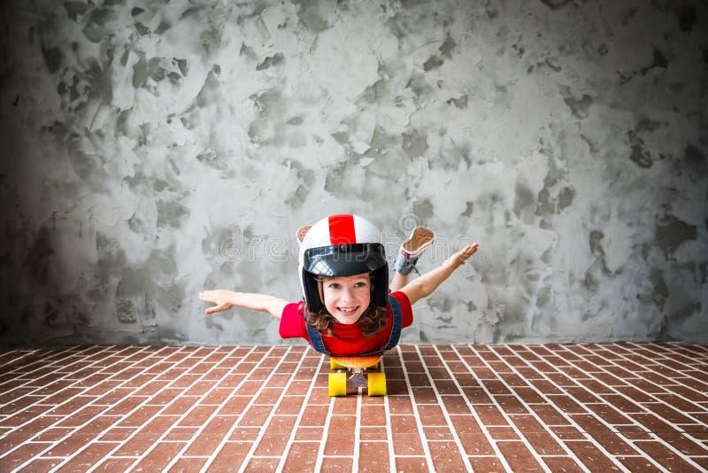 Criança que monta um skate imagens de stock