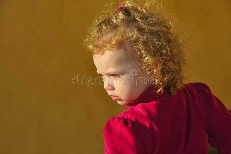 Criança que olha ao redor imagens de stock