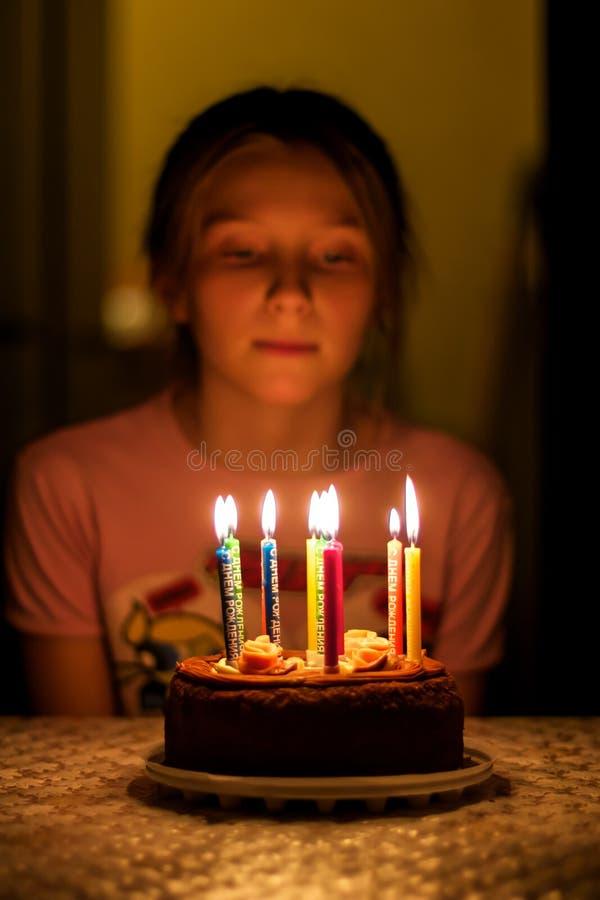 Criança que olha as velas no aniversário imagem de stock
