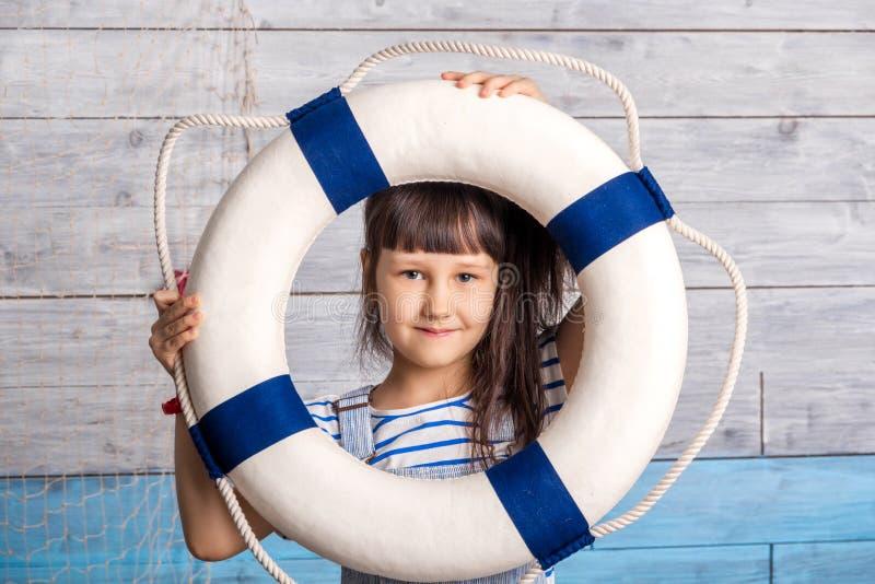 Criança que olha através de uma corda de salvamento foto de stock royalty free