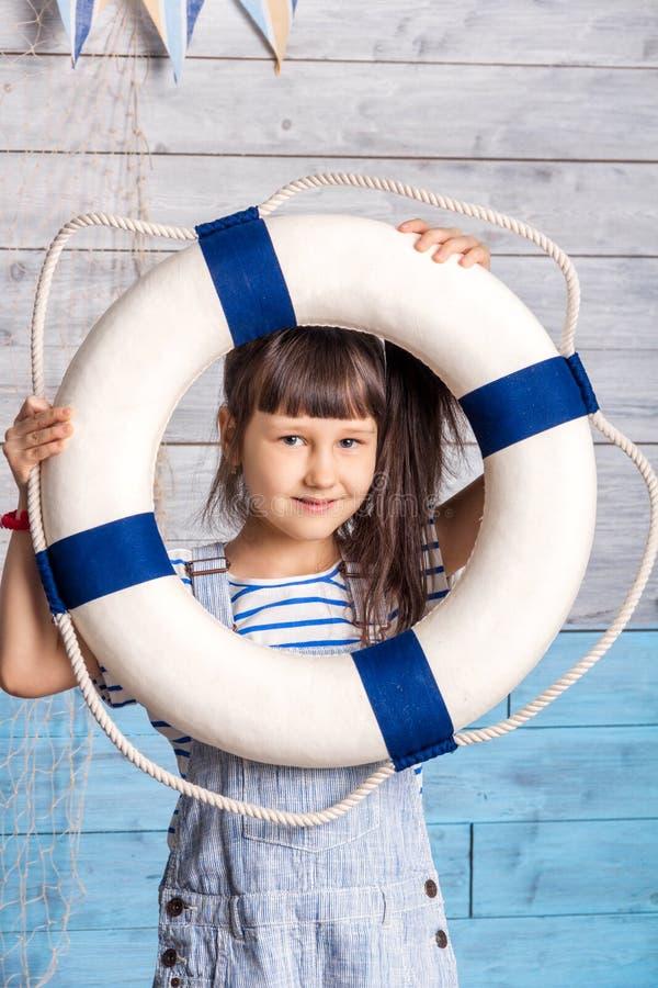Criança que olha através de uma corda de salvamento fotografia de stock