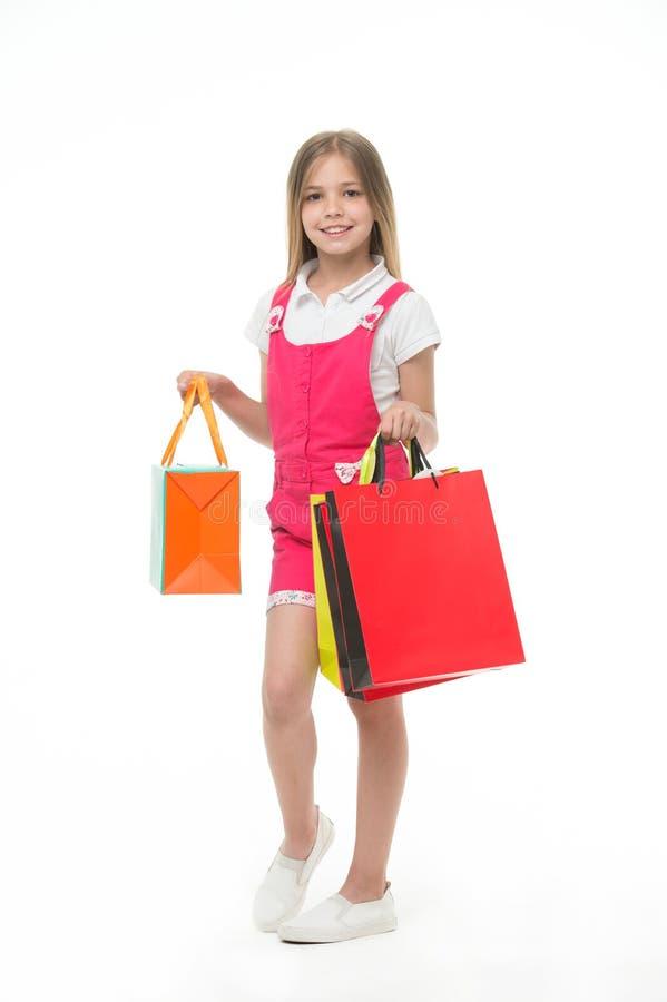 Criança que parte que escolhe o produto Senhora pequena extremamente feliz que faz compras na loja da eletrônica Menina com fotografia de stock