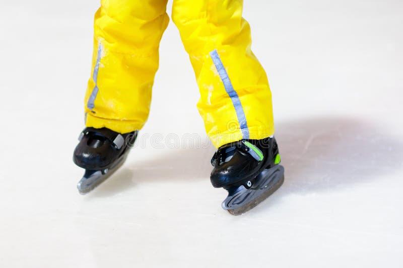 Criança que patina na pista de gelo interna Patim das crianças fotos de stock