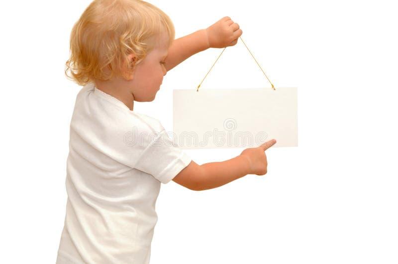 Criança que prende o cartaz em branco fotografia de stock