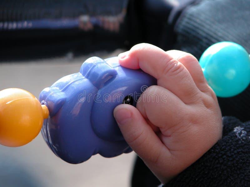 Criança que prende um brinquedo foto de stock