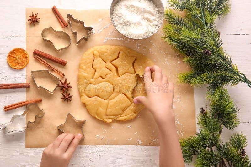 Criança que prepara cookies do Natal na tabela, vista superior imagem de stock