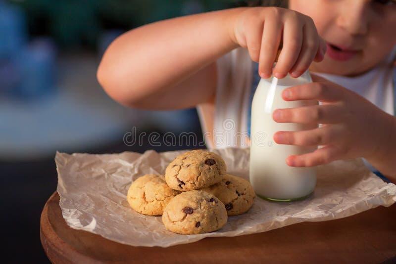 Criança que prepara o deleite para Santa Claus imagens de stock