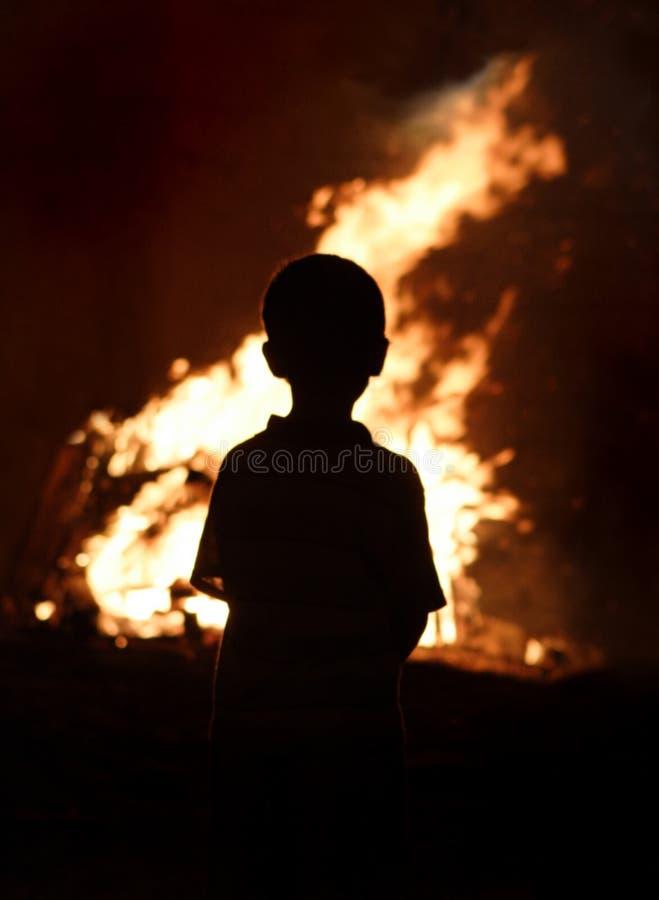 Criança que presta atenção ao incêndio imagem de stock