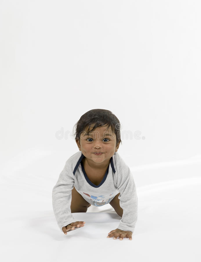 Criança que rasteja para a frente. imagens de stock