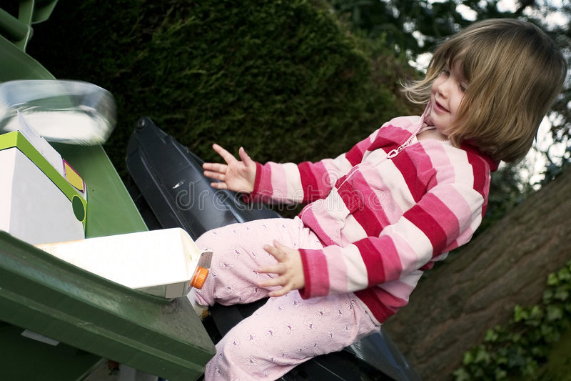 Criança que recicl o lixo, desperdícios fotos de stock royalty free
