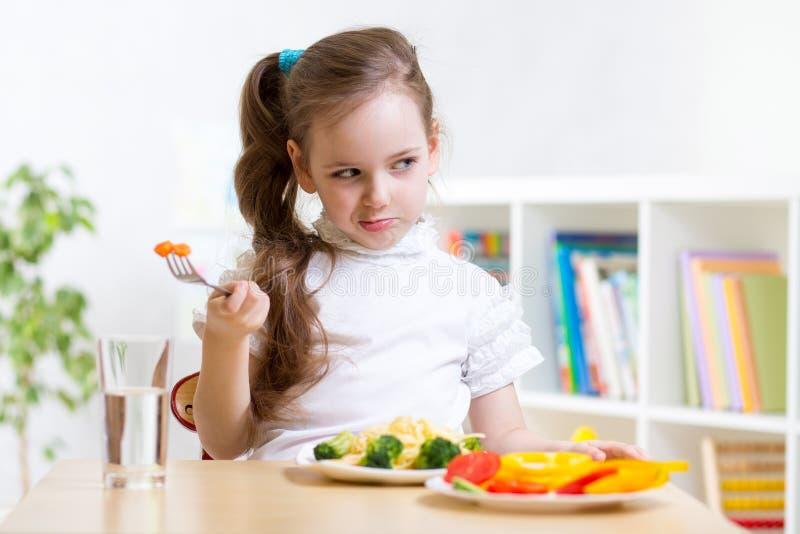 Criança que recusa comer seu jantar fotografia de stock royalty free
