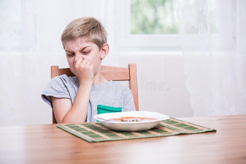 Criança que recusa comer a sopa foto de stock royalty free