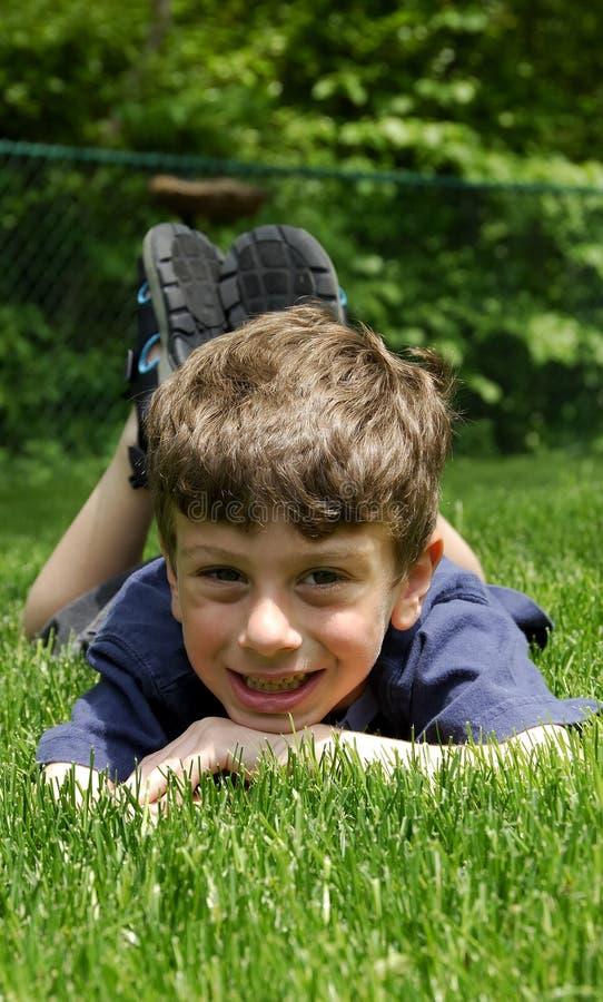 Criança que relaxa foto de stock