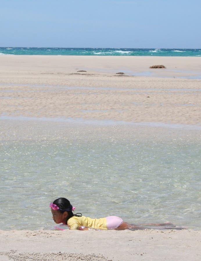 Criança que relaxa na água imagem de stock