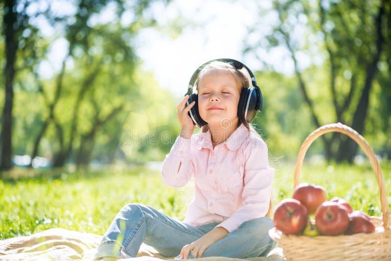 Criança que relaxa no parque imagens de stock royalty free