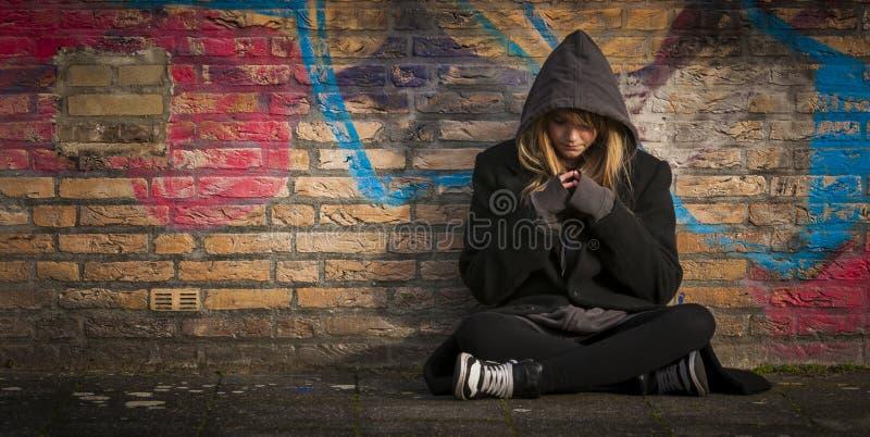 Criança que senta-se apenas e que pensa imagens de stock
