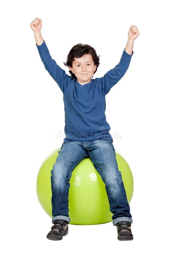 Criança que senta-se em uma esfera dos pilates imagens de stock