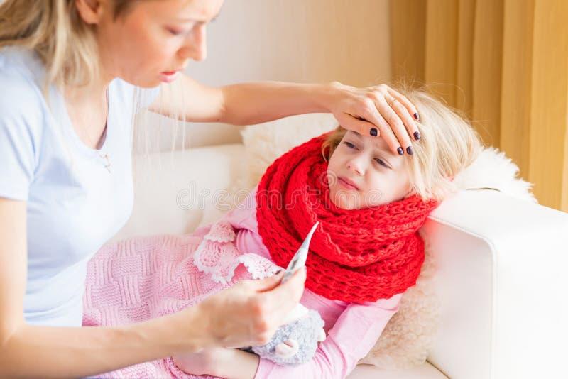 Criança que sente doente em casa fotos de stock royalty free