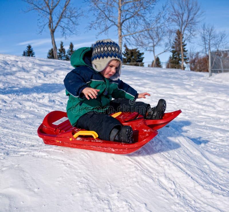 Criança que sledding fotografia de stock royalty free