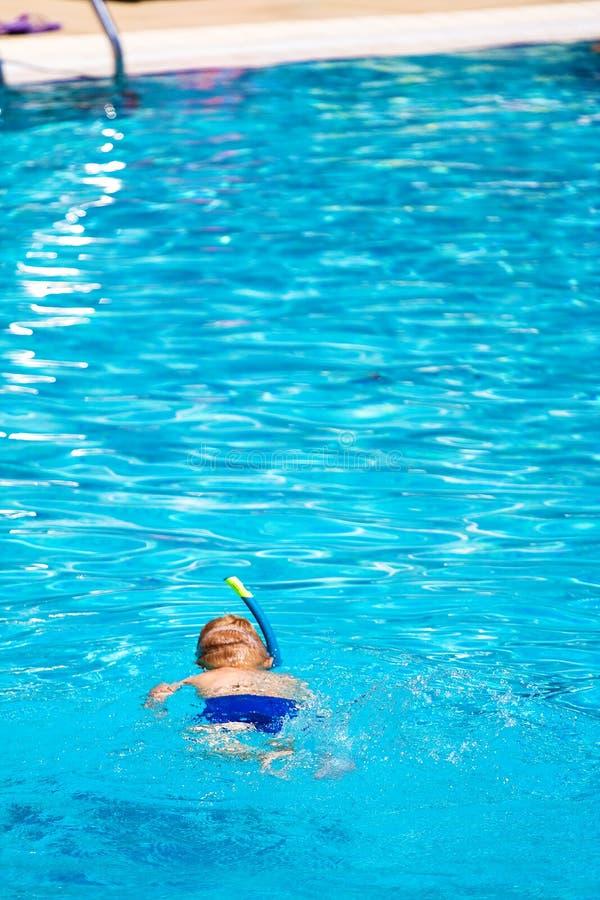 Criança que snorkeling na associação foto de stock royalty free