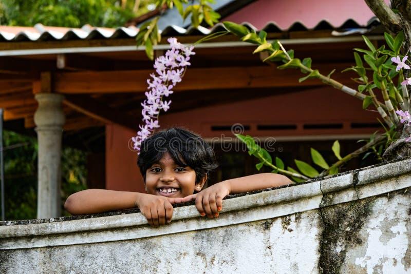 Criança que sorri de sua própria jarda fotografia de stock