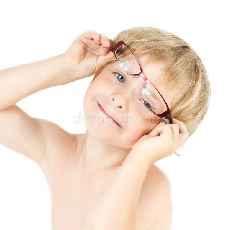 Criança que sorri nos eyeglasses imagens de stock royalty free