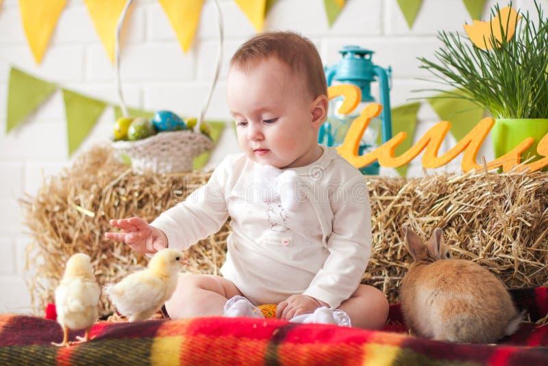 Criança que tem o divertimento com coelhinho da Páscoa e galinhas fotografia de stock