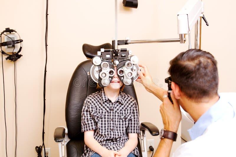 Criança que tem testes do olho imagem de stock