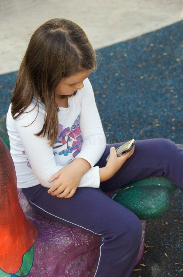 Criança que texting no telefone móvel fotos de stock