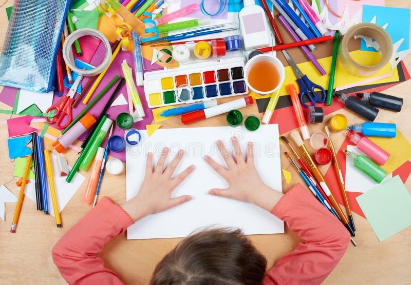 Criança que tira a vista superior Local de trabalho da arte finala com acessórios criativos Ferramentas lisas da arte da configur imagens de stock