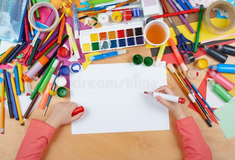 Criança que tira a vista superior Local de trabalho da arte finala com acessórios criativos Ferramentas lisas da arte da configur fotografia de stock