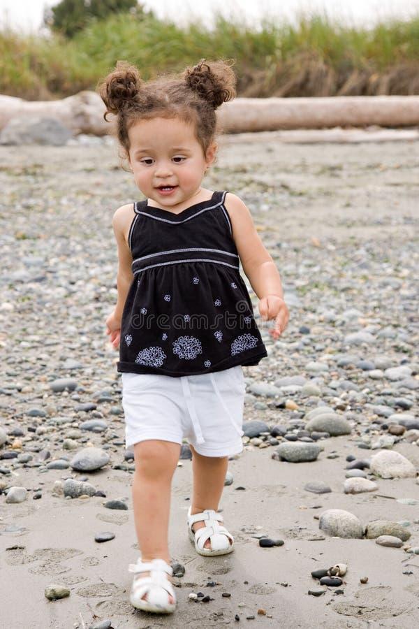 Criança que toddling na praia fotografia de stock royalty free