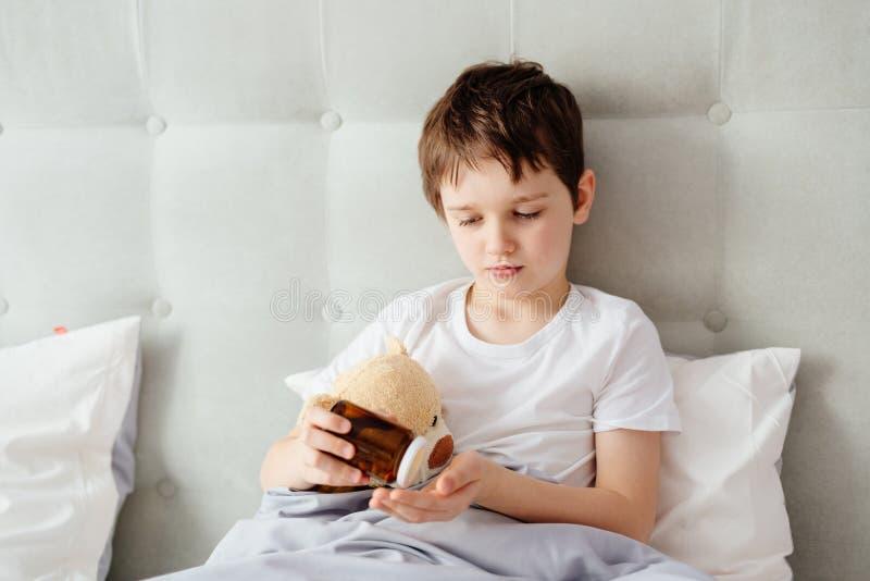 Criança que toma comprimidos das medicinas foto de stock royalty free