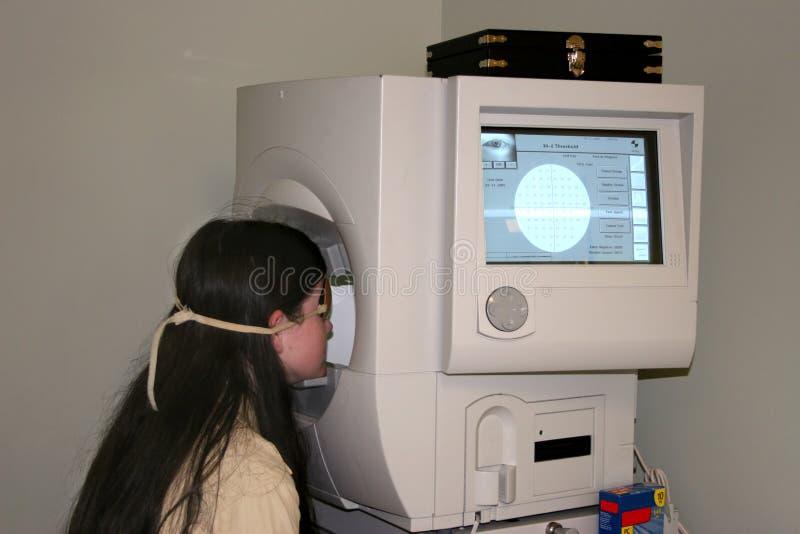 Download Criança Que Toma O Campo Do Teste Da Visão Foto de Stock - Imagem de tela, tween: 85720
