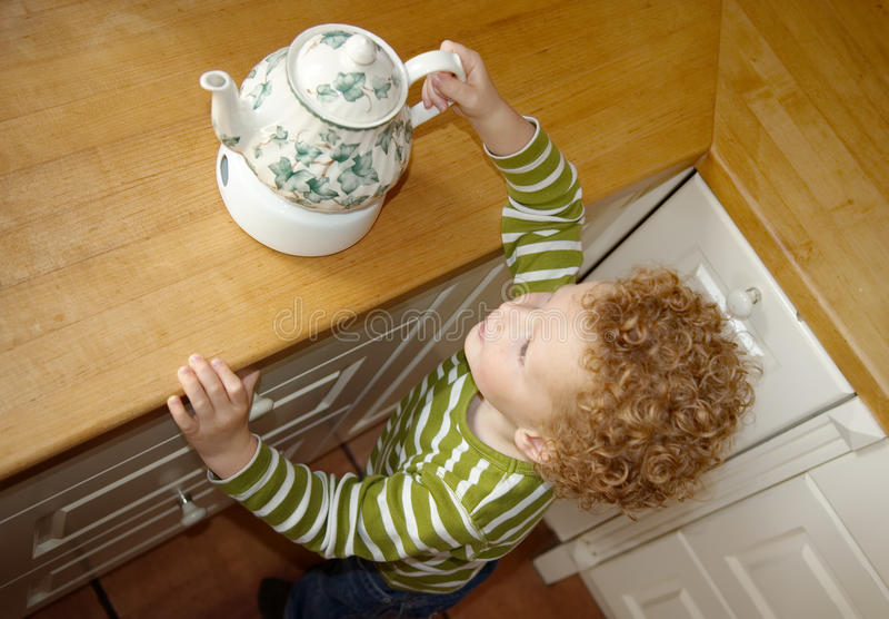 Criança que toma o Teapot foto de stock royalty free