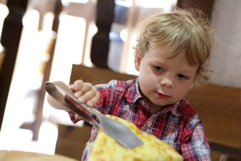 Criança que toma a pizza fotografia de stock