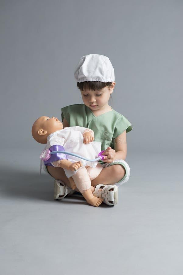 Criança que toma a pressão sanguínea fotografia de stock royalty free