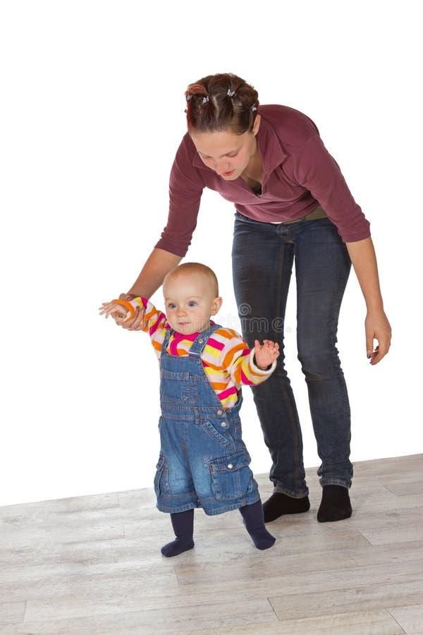 Criança que toma suas primeiras etapas imagens de stock