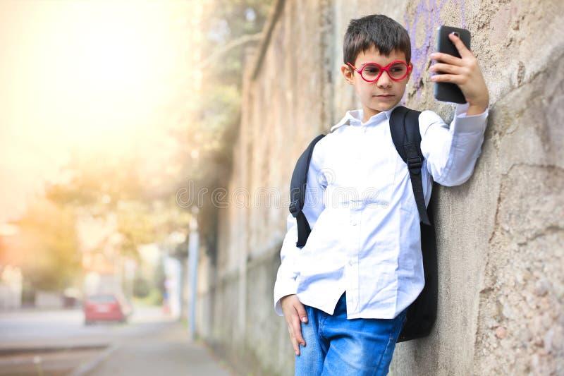Criança que toma um selfie foto de stock royalty free
