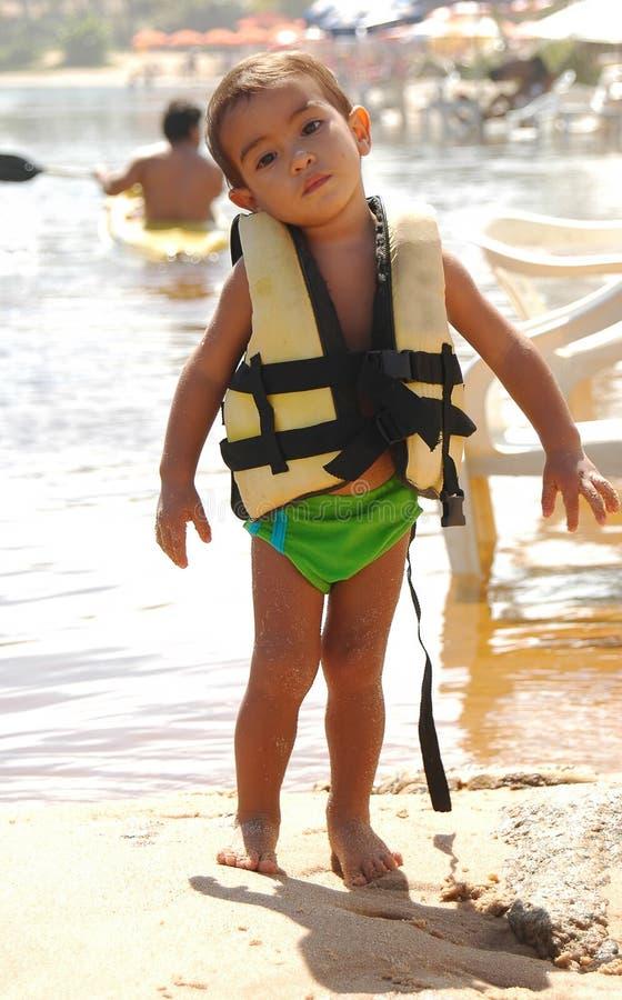 Criança que usa o lifeguard fotografia de stock