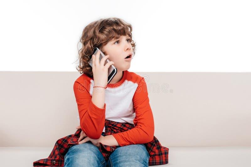 Criança que usa o smartphone fotos de stock royalty free