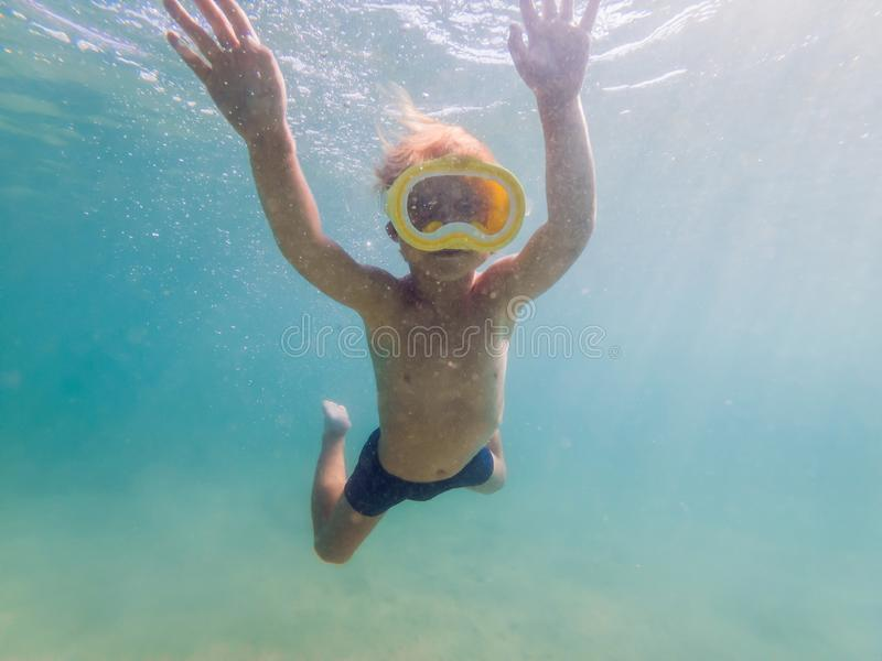 Criança que veste mergulhando a máscara que mergulha debaixo d'água imagens de stock royalty free
