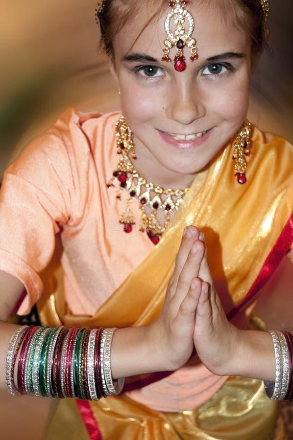 Criança que veste a roupa indiana nupcial fotografia de stock royalty free