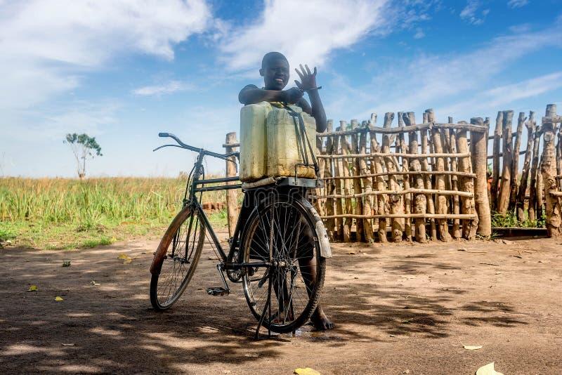 Criança que vive na vila perto da cidade de Mbale em Uganda, África fotografia de stock