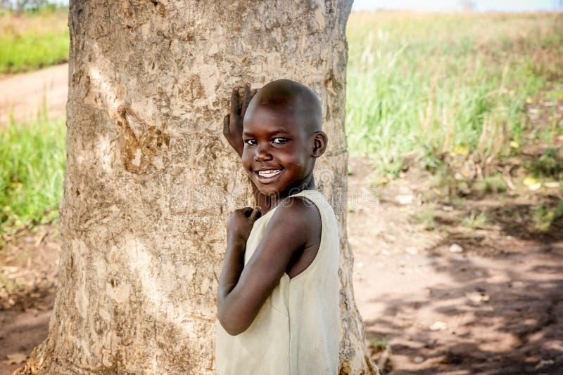 Criança que vive na vila perto da cidade de Mbale em Uganda, África imagens de stock