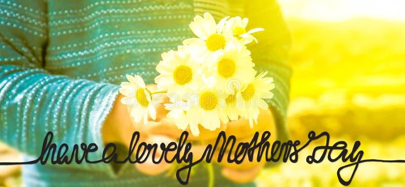 A criança, ramalhete de Daisy Flower, caligrafia tem um dia de mães bonito foto de stock