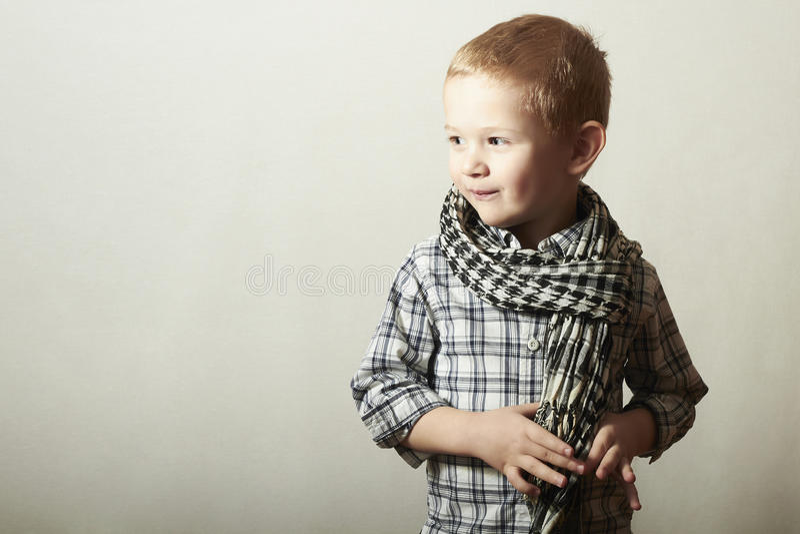 Criança. rapaz pequeno engraçado no caspa. Crianças da forma. 4 anos velho. camisa de manta imagem de stock