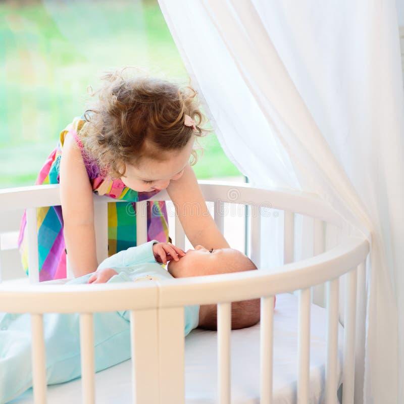 A criança recém-nascida encontra sua irmã fotografia de stock